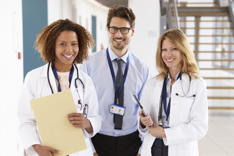Портрет 3 мужского и женских докторов, смотря к камере стоковое изображение rf