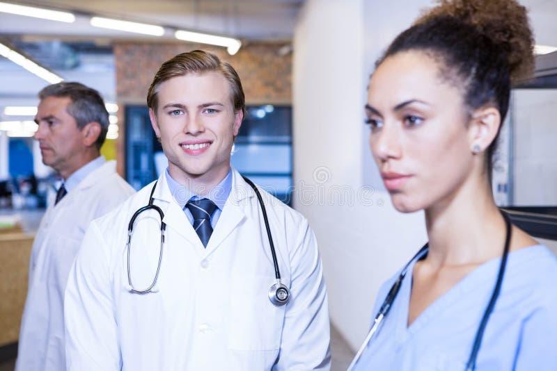 Портрет мужского доктора усмехаясь в больнице стоковые изображения rf