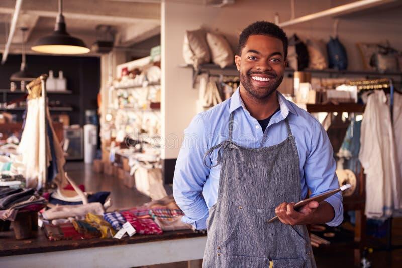 Портрет мужского предпринимателя магазина подарка с таблеткой цифров стоковая фотография rf