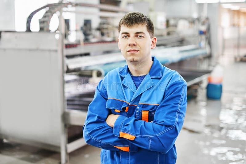 Портрет мужского работника прачечной стоковое фото