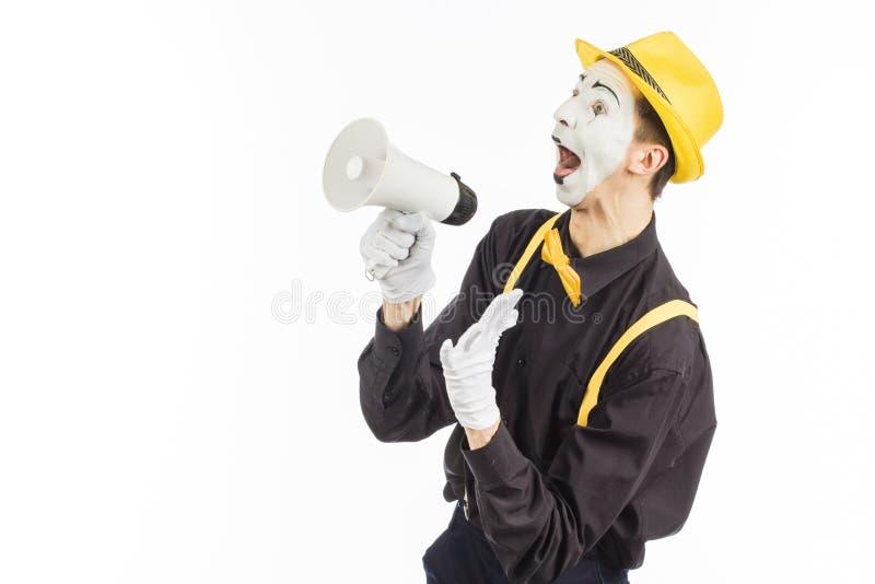 Портрет мужского художника пантомимы, крича или показывая на megapho стоковые фотографии rf