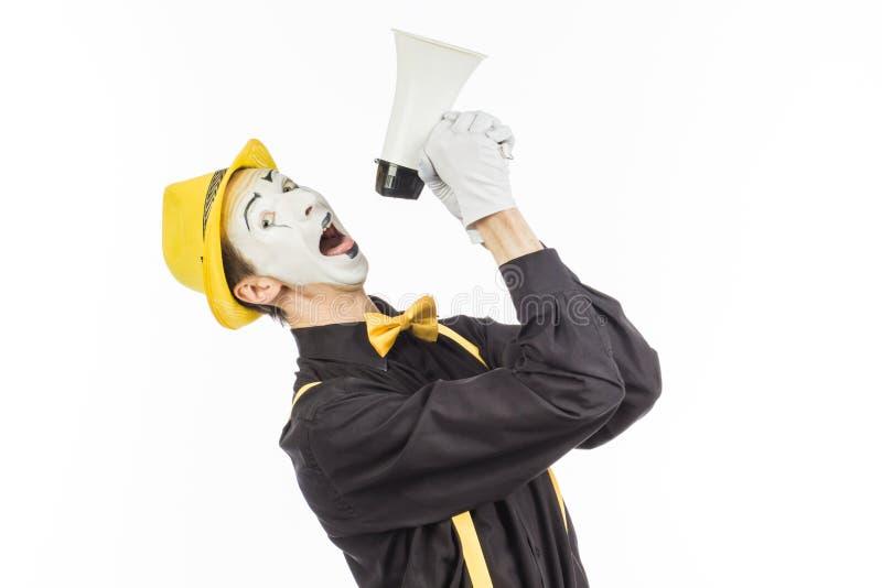 Портрет мужского художника пантомимы, крича или показывая на megapho стоковое фото