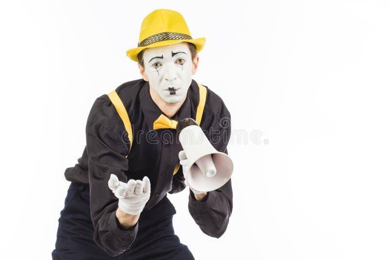 Портрет мужского художника пантомимы, крича или показывая на megapho стоковые изображения rf