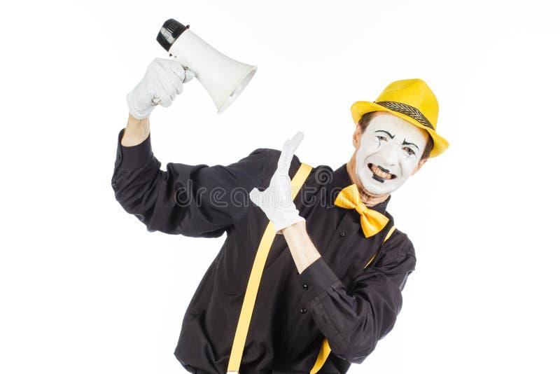 Портрет мужского художника пантомимы, крича или показывая на megapho стоковое фото rf