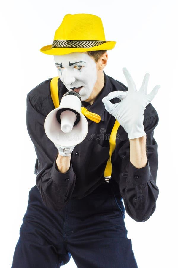 Портрет мужского художника пантомимы, крича или показывая на megapho стоковые фото
