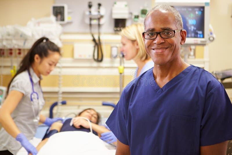 Портрет мужской медсестры работая в отделении скорой помощи стоковое изображение