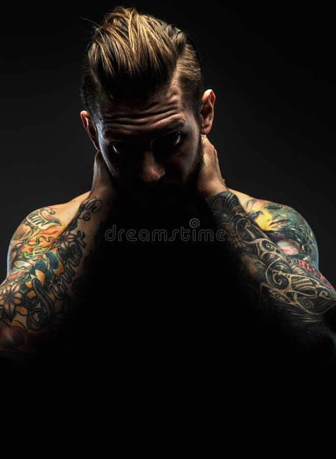 Портрет мужчины с татуировками стоковые изображения