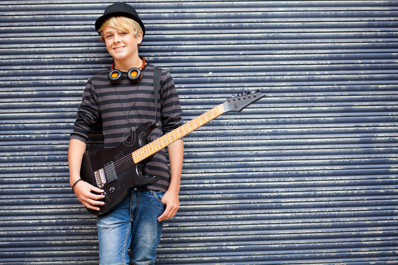 портрет музыканта предназначенный для подростков стоковая фотография rf