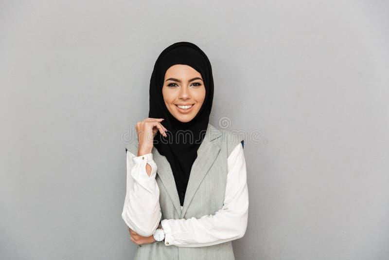 Портрет мусульманской элегантной женщины 20s в усмехаться и lookin hijab стоковые изображения