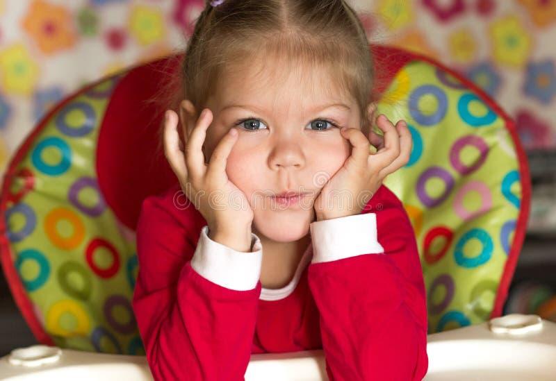 Портрет мысли и голова грустной маленькой девочки подпирая руками стоковое фото rf