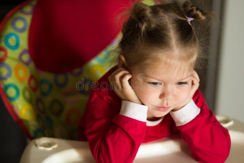 Портрет мысли и голова грустной маленькой девочки подпирая руками стоковые изображения rf