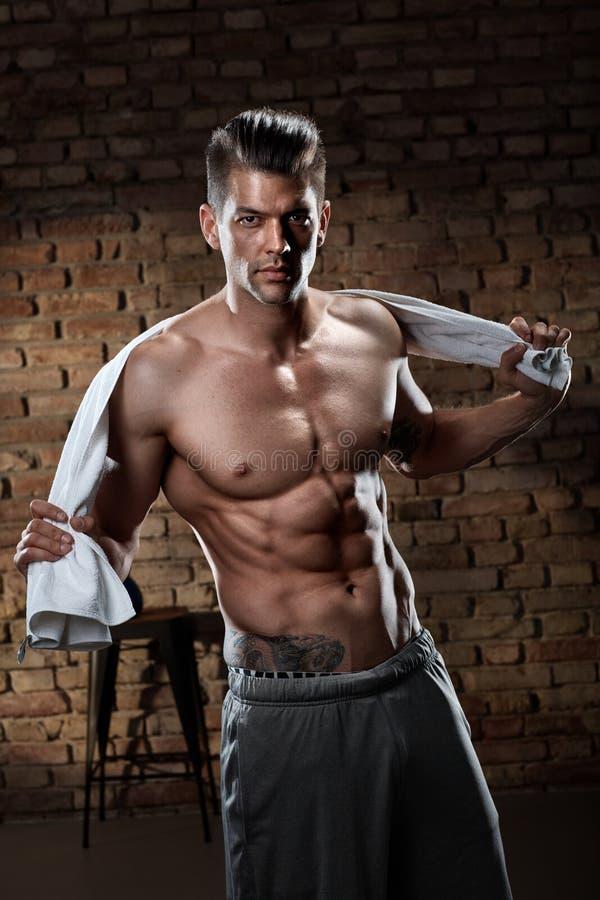 Портрет мышечного человека после разминки стоковые изображения rf