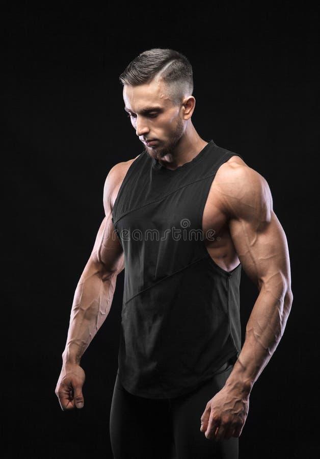 Портрет мышечной мужской модели против черной предпосылки стоковые изображения rf