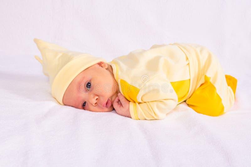 Портрет младенца в желтых одеждах стоковые изображения