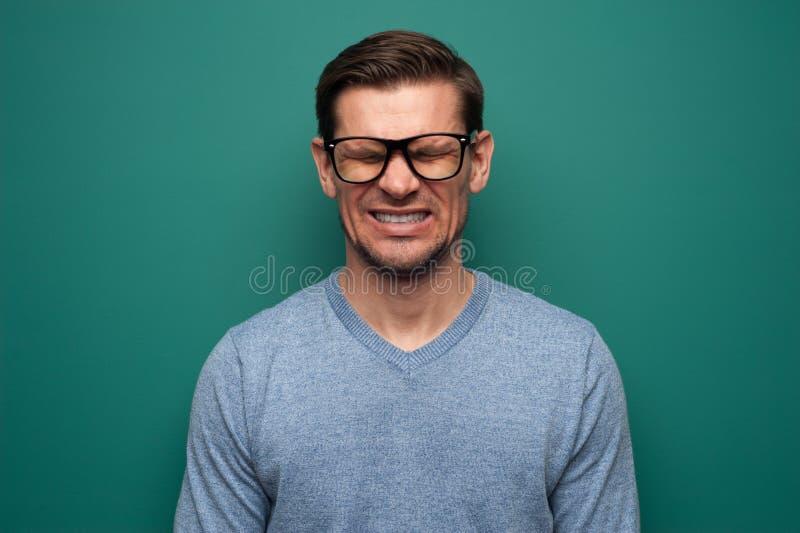 Портрет надоеданного молодого человека стоковые изображения