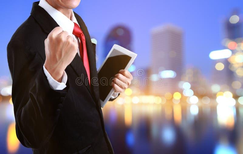 Портрет напористого молодого бизнесмена наслаждаясь успехом стоковое изображение rf