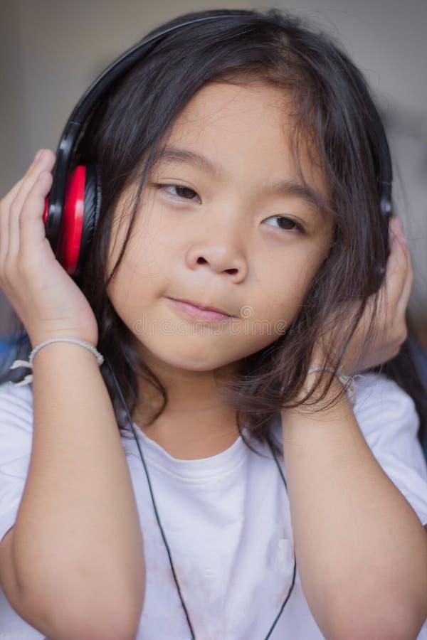 Портрет, наушники девушки нося, счастливый, слушая к музыке стоковая фотография rf