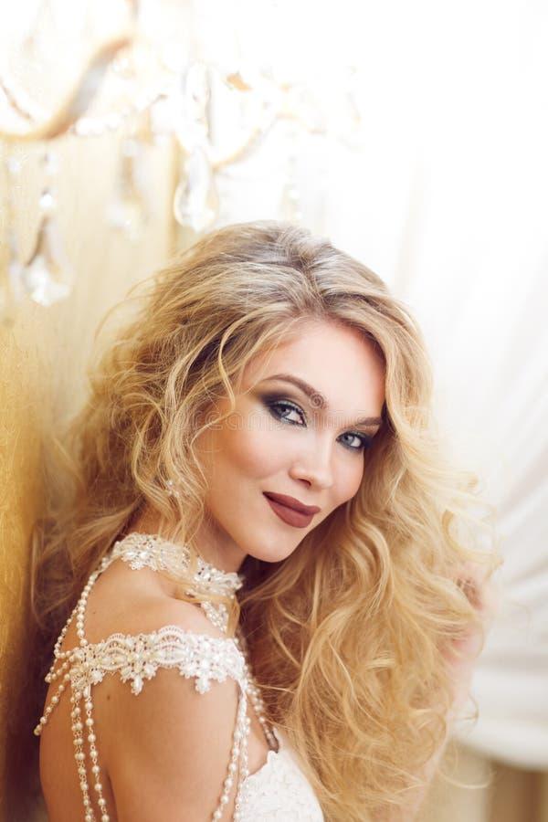 Портрет невесты красоты в белом платье классицистический тип стоковое фото rf