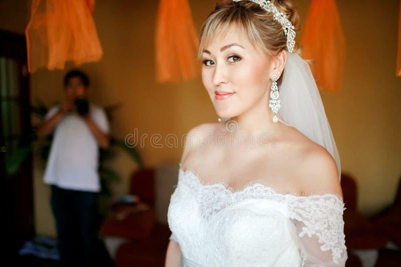 Портрет невесты перед встречать groom дома стоковое фото rf