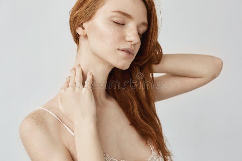 Портрет нежной девушки redhead при веснушки представляя с закрытыми глазами стоковые фото