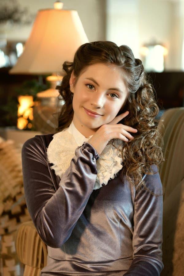 Портрет нежной романтичной милой скромной девушки дамы в винтажных одеждах стоковое фото rf