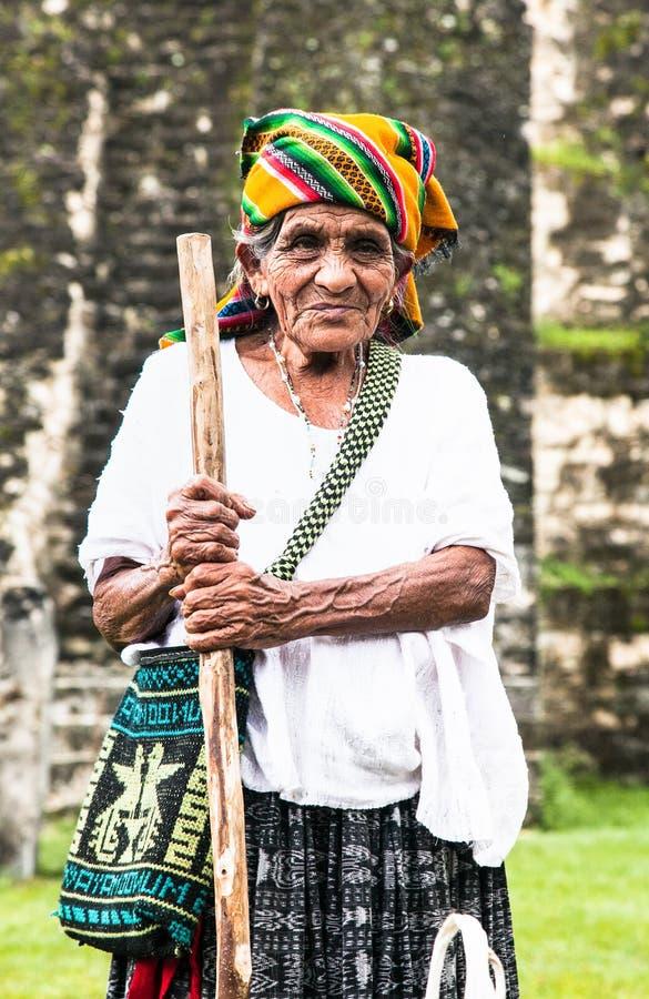 Портрет неопознанной гватемальской женщины в Tikal, Гватемале стоковое фото