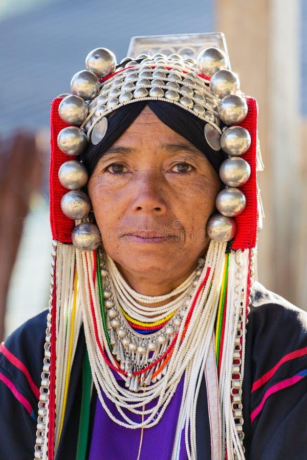 Портрет неопознанной женщины Akha с традиционными одеждами и серебряными украшениями в деревне hilltribe Akha стоковое изображение
