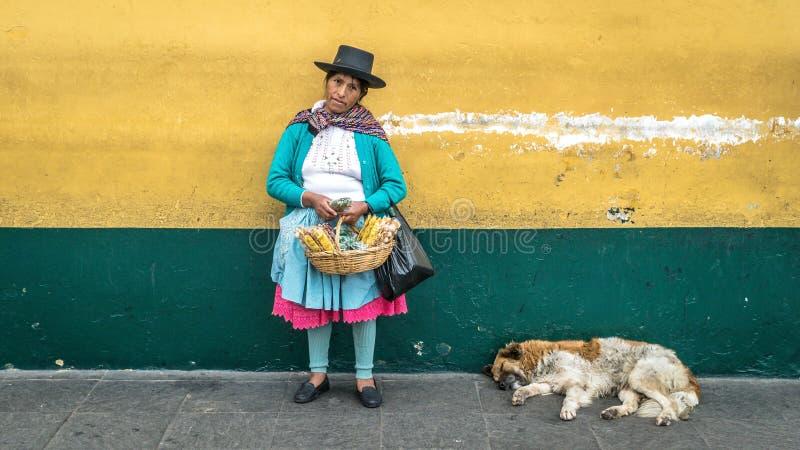 Портрет неопознанной перуанской женщины в родной одежде в Лиме, Перу стоковое фото rf