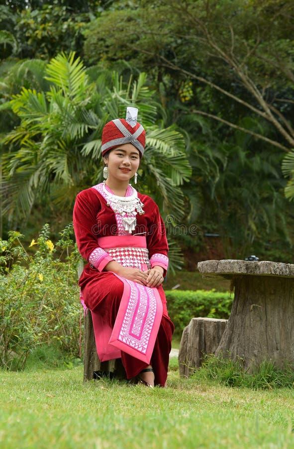 Портрет неопознанных девушек H'mong нося традиционное платье стоковое фото