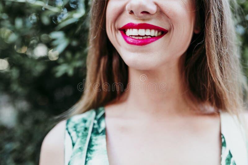 Портрет непознаваемой молодой женщины усмехаясь на заходе солнца Красные губы и красивая улыбка r стоковое изображение rf