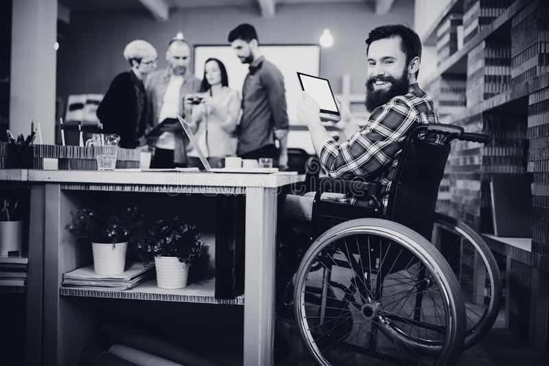 Портрет неработающего бизнесмена используя цифровую таблетку стоковое фото rf