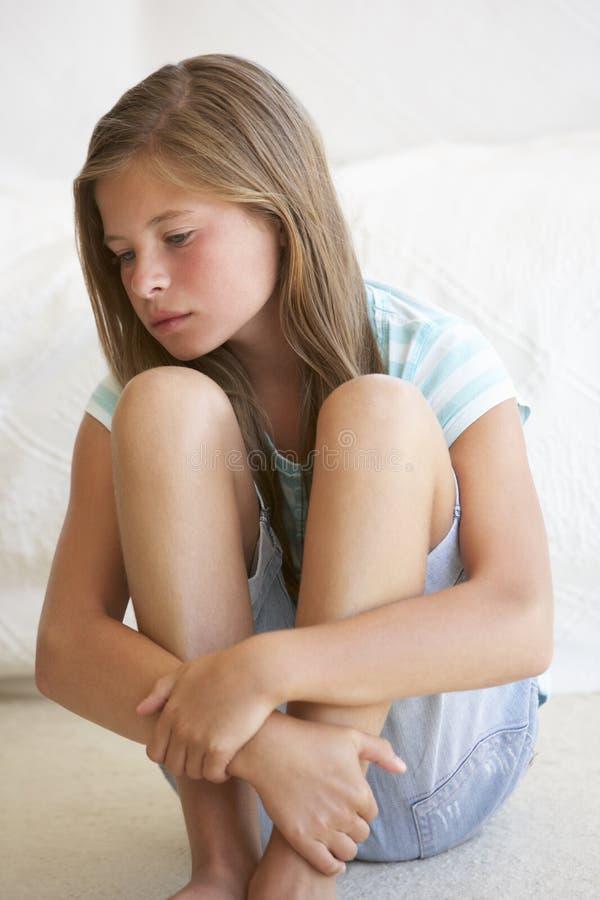 Портрет несчастной маленькой девочки дома стоковое изображение rf
