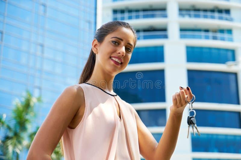 Портрет нового домовладельца держа ключи квартиры стоковое фото rf
