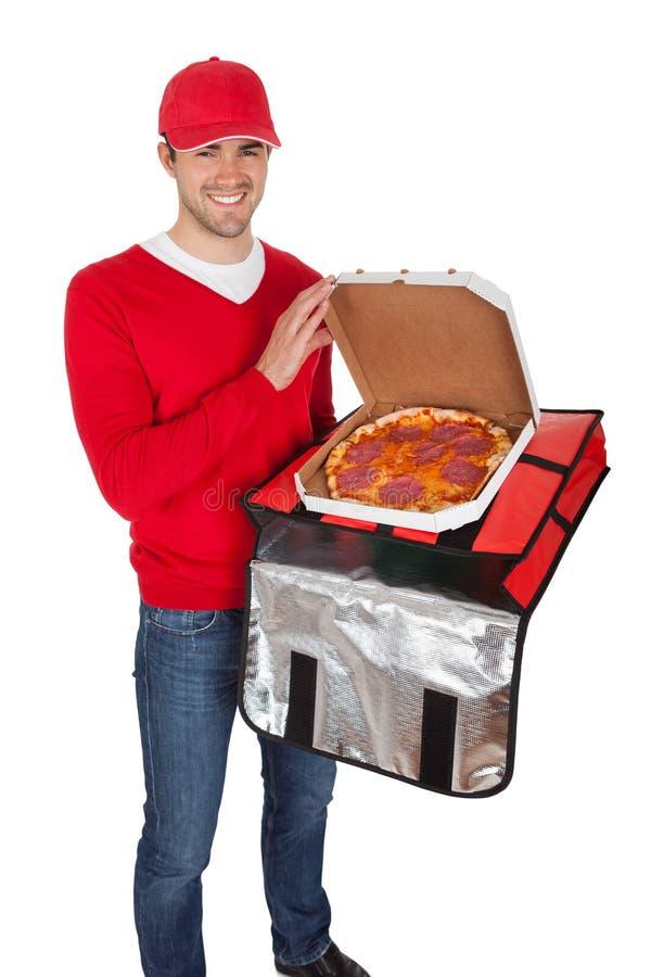 Портрет носильщика мелких грузов пиццы с термальным мешком стоковая фотография