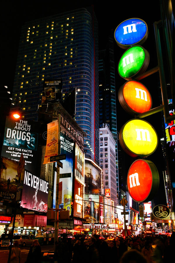 Портрет Нью-Йорка Таймс площадь магазина M&M стоковая фотография