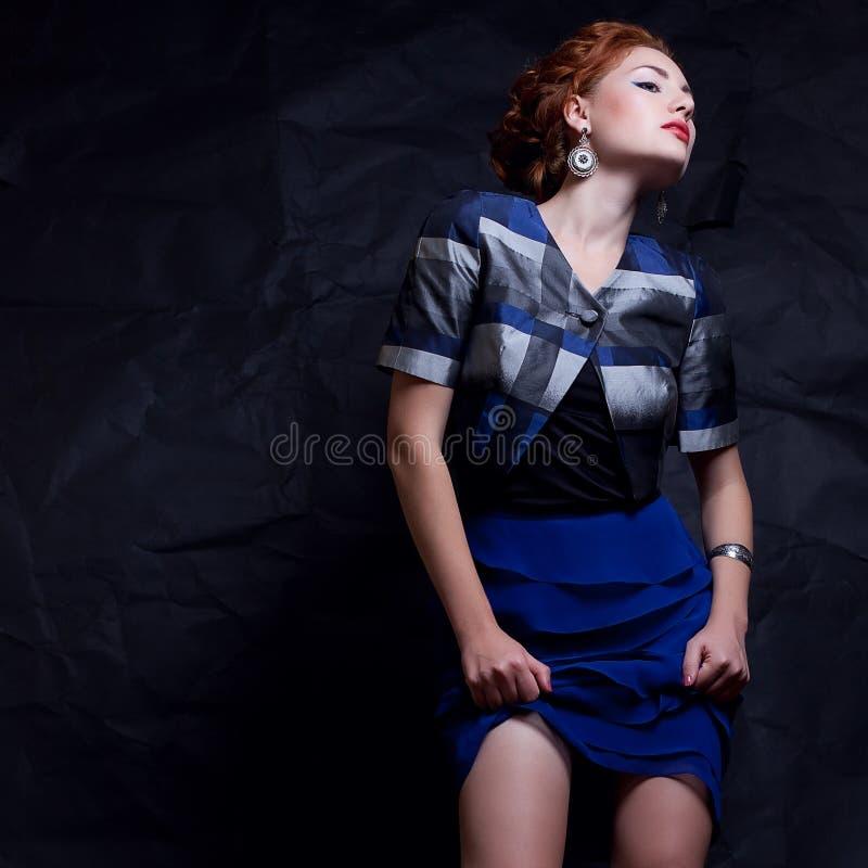 Портрет обольстительной модели имбиря в винтажной але 80s костюма стоковые изображения