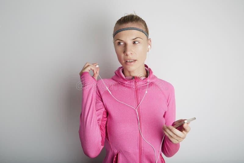 Портрет образа жизни молодой женщины фитнеса милой нося розовые спорт одевает стоковые изображения rf