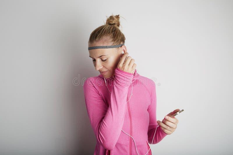 Портрет образа жизни молодой женщины фитнеса милой нося розовые спорт одевает стоковая фотография rf