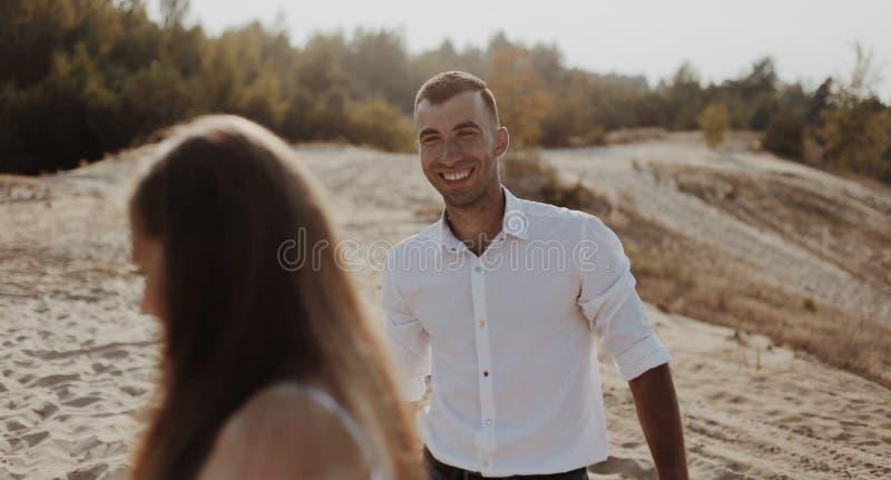 Портрет образа жизни привлекательного молодого человека в белой рубашке и его девушке парня красивейшая потеха пар имея стоковая фотография rf