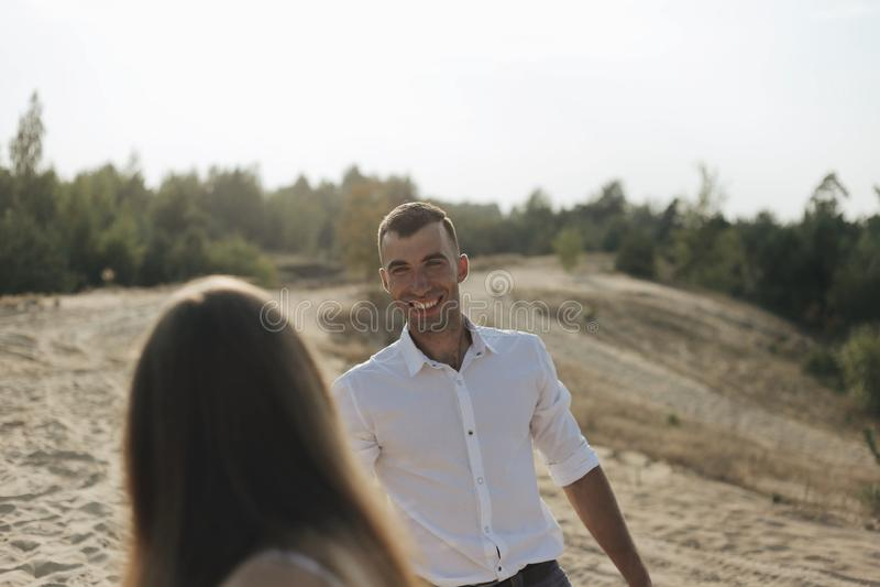 Портрет образа жизни привлекательного молодого человека в белой рубашке и его девушке парня красивейшая потеха пар имея стоковые фотографии rf