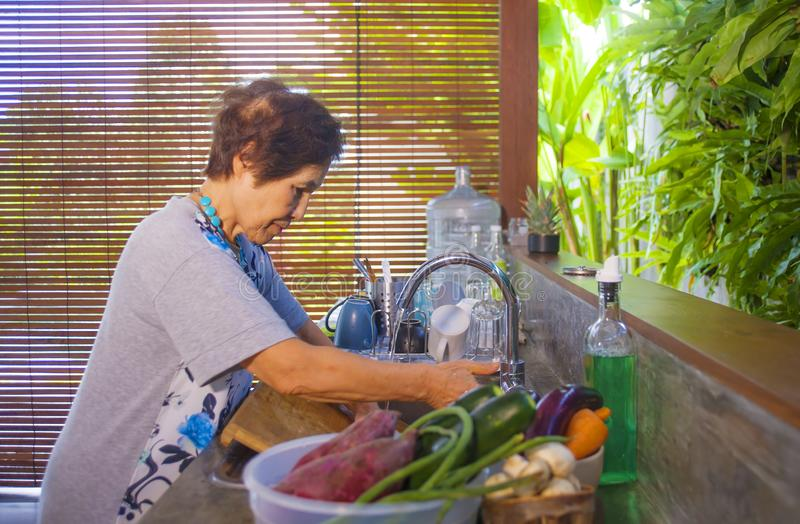 портрет образа жизни старшего счастливого и сладостного азиатского японца выбыл женщину варя дома кухню самостоятельно аккуратную стоковое фото rf