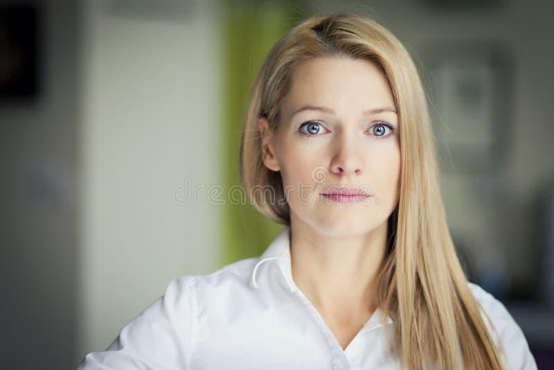 Портрет довольно унылой женщины стоковые фотографии rf