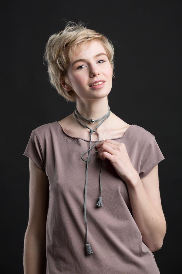 Портрет ожерелья заявления моды красивой молодой белокурой женщины нося стоковое изображение