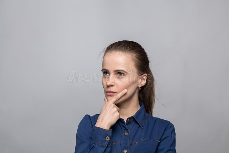 Портрет озадаченной молодой женщины стоковое фото