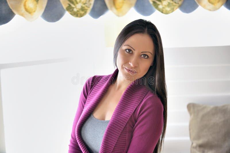 Портрет окна светлый красивой biracial женщины стоковая фотография