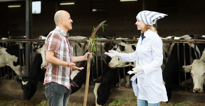 Download Портрет доктора работника и взрослого Стоковое Фото - изображение насчитывающей farmyard, отечественно: 81801882