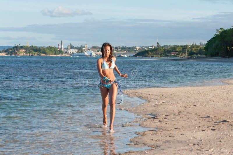 Download Портрет доминиканской девушки одевая бикини Стоковое Фото - изображение насчитывающей bili, женщина: 81800708