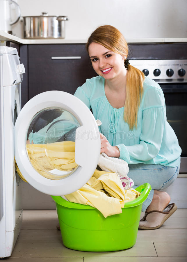 Портрет домохозяйки с постельным бельем около шайбы стоковые изображения rf