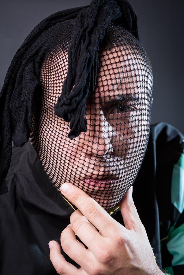 Портрет опасного преступника с чулком на его голове стоковая фотография rf