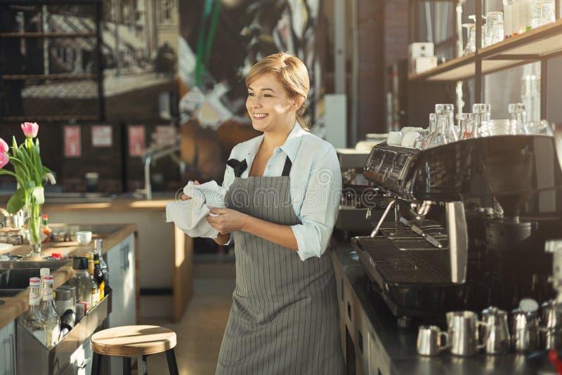 Портрет опытного barista на счетчике кофейни стоковое фото rf